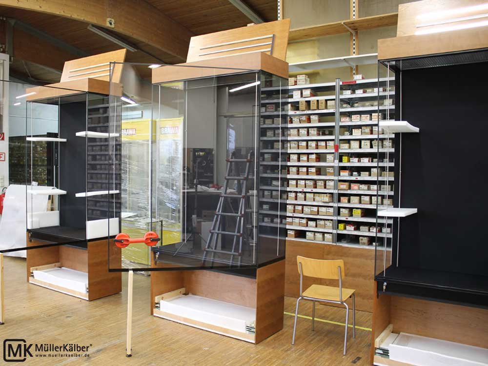 Museumsvitrine mit Holzunterbau