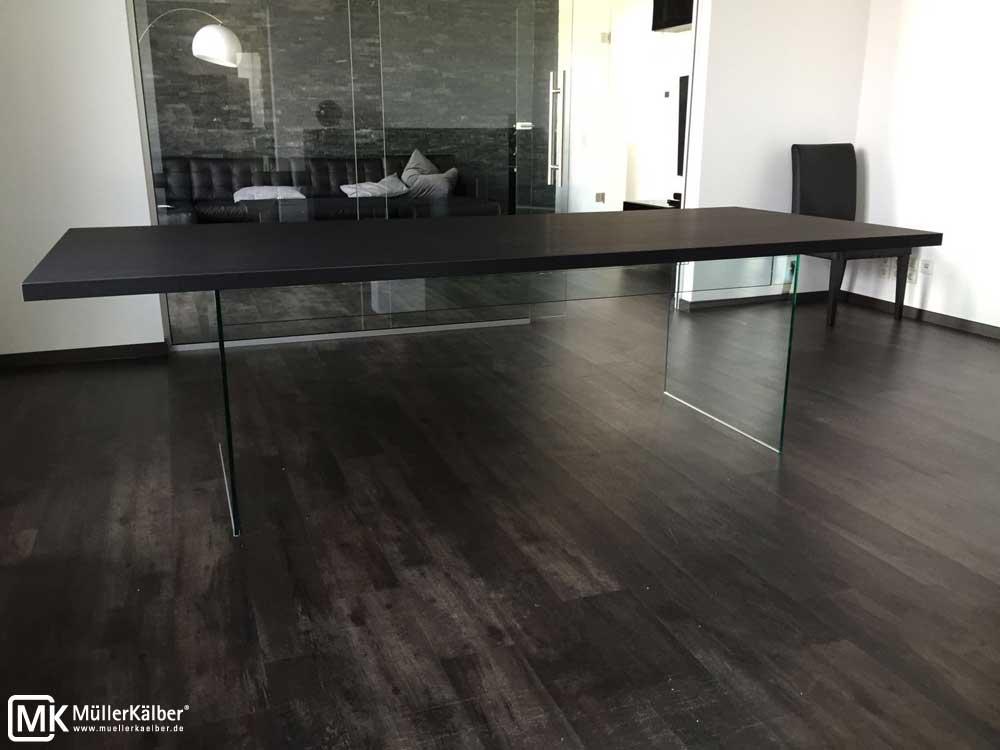 MK-Tisch-mit-Glasfuss-01