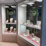 Optimale Beleuchtung im Schaufenster von Juwelier Horz mit MK OptiLight Window Modulen