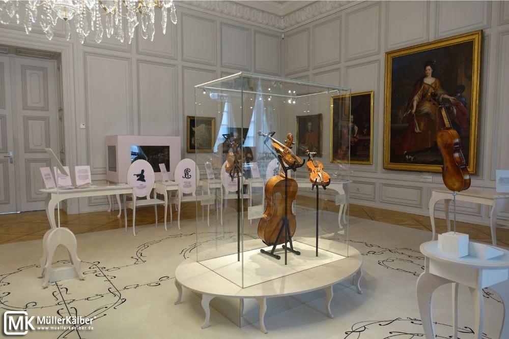 Klimavitrine im Schloss Mannheim, schöne Museumsvitrine