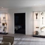 Museumsvitrine mit Glasfachböden