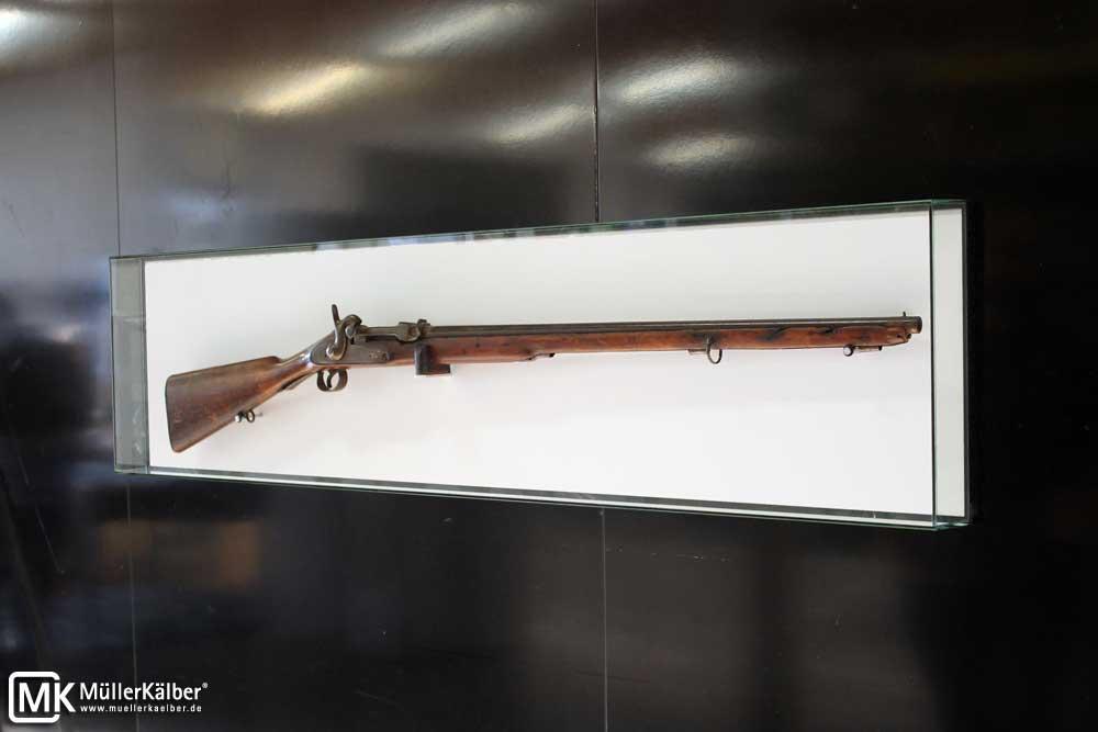 Wandvitrine für Gewehr