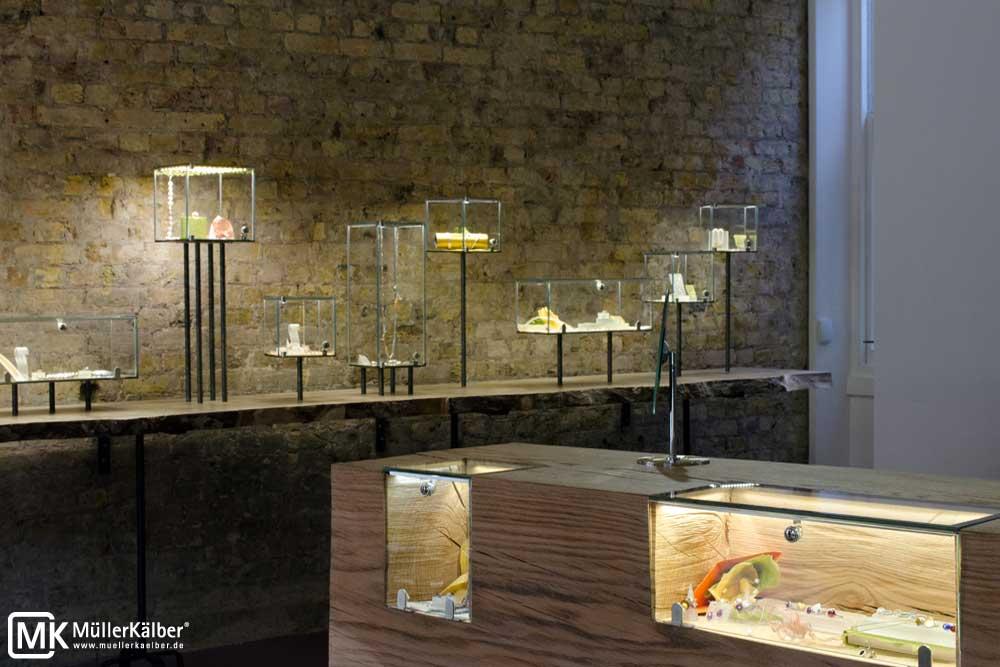 Vitrinen für Schmuckpräsentation mit LED-Beleuchtung, Einzelvitrinen auf Holzbrett
