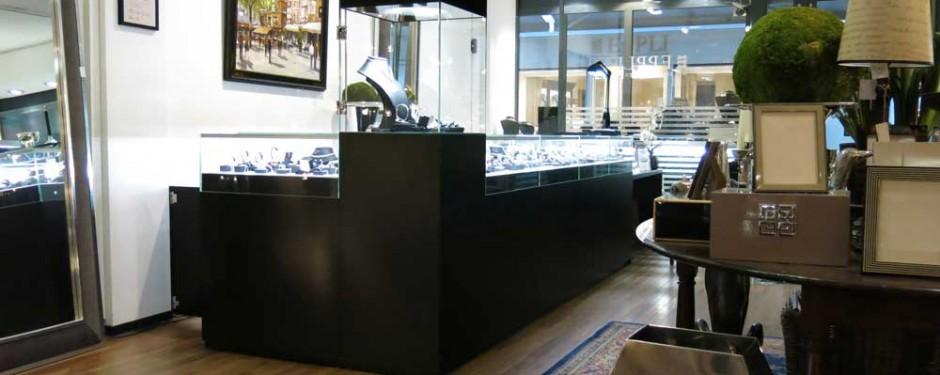 Thekenanlage im Auktionshaus Eppli, MK Thekenvitrine und MK 600 Sondervitrine mit Diamantdrehlicht MK OptiLight 06